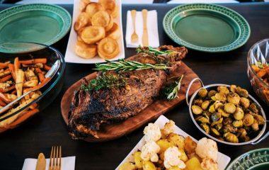 Το φετινό Πάσχα θα είναι ιδιαίτερο. Το ξέρουμε και θα κάνουμε ότι χρειαστεί να παραμείνουμε ασφαλείς εμείς και η οικογένειά μας… Βέβαια, το ότι θα παραμείνουμε στα σπίτια μας δε μας εμποδίζει απ'το να έχουμε ένα πλούσιο σε γεύσεις Πασχαλινό τραπέζι, όπου θα φάμε και θα πιούμε και θα απολαύσουμε τη μεγάλη γιορτή του Πάσχα. […]