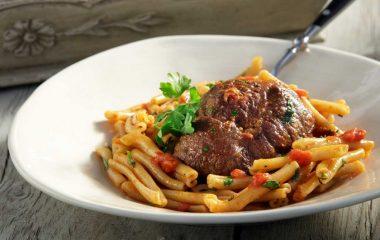 Συνταγή για μακαρούνες με μοσχαράκι! Ήρθε η ώρα για κάτι εφτανόστιμο και λαχταριστό! Σήμερα προτείνουμε μία συνταγή για ένα κλασικό φαγητό μαγειρεμένο με τέλειες μακαρούνες και κοκκινιστό μοσχαράκι με αρώματα μυρωδικών και την –πάντα- ευχάριστη νότα του κόκκινου κρασιού. Υλικά 1.200 γρ. μοσχάρι, κατά προτίμηση ουρά, κομμένο σε φέτες πάχους 3 εκ. 50 ml ελαιόλαδο […]