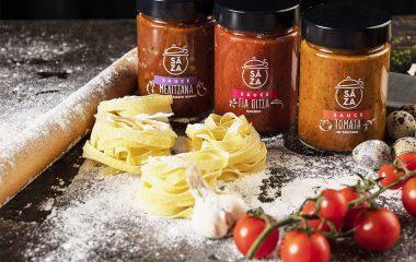 Εκεί που η παράδοση συναντά το σήμερα, η SAZA σας φέρνει ελληνικά προϊόντα, φτιαγμένα αποκλειστικά στο χέρι! Κλασικές, μοναδικές αλλά και ιδιαίτερες γεύσεις για απαιτητικούς ουρανίσκους. Φτιαγμένααπόδιαλεγμέναελληνικάφρούτακαιλαχανικά,μπορούννασυνοδεύσουνκαινααναδείξουντόσοαπλάόσοκαιιδιαίτερατυριά,αλλαντικά,κρέατακαιλαχανικάενώταιριάζουνπολύσεόσπρια, μαγειρευτάφαγητάκαιλαδερά. Το καλοκαίρι οι σάλτσες SAZA και τα chutney μπορούν να χρησιμοποιηθούν σε: Σαλάτες,αυτούσιαήαραιωμένα,μετηνμορφήdressing. Πλατώμετυριάκαιαλλάντικά,συνοδείακρασιού,ούζουήτσίπουρου. Σάντουιτς,σανspread (άλειμμα). Λαχανικά(αγγουράκια,καρότακλπ.)ήτσίπς,σανvegetarian dip. Φαλάφελ,κεφτεδάκιαήπατάτες,σανσυνοδευτικήsauceγιαμικρούςκαιμεγάλους. Κρύεςμακαρονοσαλάτεςσανσως. Γιαούρτι&μαλακάτυριάσανενισχυτικόγευσης,γιατηνδημιουργίασυνοδευτικούdip. Ντάκοήάλλοπαξιμάδι,σανυποκατάστατοφρέσκιαςτομάτας. Σεψητόκρέαςήλαχανικάσανμαρινάδα,μεήχωρίςαραίωσηανάλογατηνέντασηπουεπιθυμούμε. Ανακαλύψτε τα προϊόντα της […]
